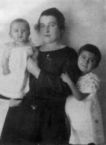 Dcery Ottly Helena a Věra se slečnou Fini, 1923