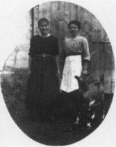 Ottla se sestřenicí Irmou v Siřemi, 1918
