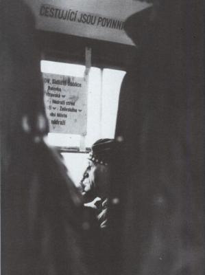 Bohumil Hrabal v tramvaji cestou domů na sídliště Sokolniky, 1986