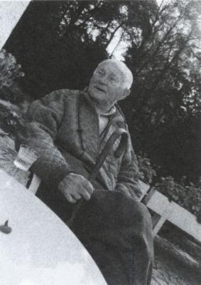 Bohumil Hrabal se skleničkou becherovky v Kersku, 1996