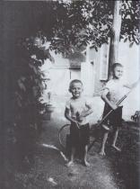 Bohumil Hrabal s bratrem Břetislavem v pivovaru v Nymburku, 1926