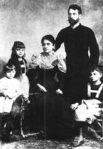 Egon Schiele s rodiči a sestrami Melanií a Elírou, 1892