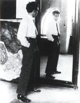 Egon Schiele před svým ateliérovým zrcadlem, 1915