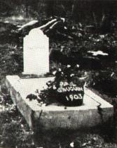 Gauguinův hrob v Autoně se sochou Oviri