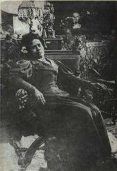 Tahiťanka Anna, která se poté, co utekla od Gauguina, živila jako modelka. Stála mimo jiné i Alfonsi Muchovi od něhož tato fotografie z roku 1898 pochází.