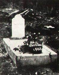 Gauguinův hrob v Autoně se sochou Oviri.