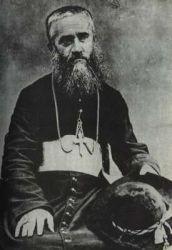 Msgre Joseph Martin, biskup in partibus z Uranopolisu, vládne na Markézách tvrdou rukou již deset let, když se ve vesnici Atuna usazuje Gauguin a začíná narušovat ustavený řád.