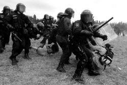 Policejní zásah na akci Czechtek 2005.